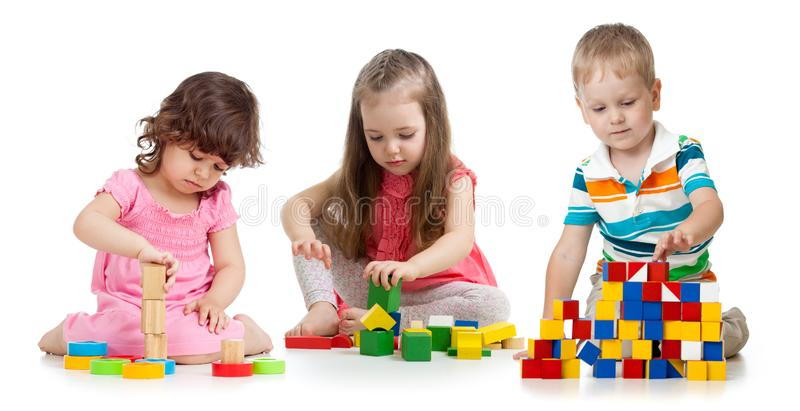 Bambini dei bambini che giocano il giocattolo di legno dei blocchi isolato su bianco immagine stock
