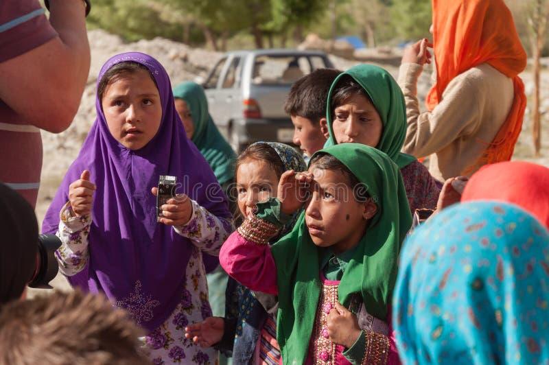 Bambini dei mendicanti che elemosinano i soldi dal turista in natura di Ladakh India fotografia stock libera da diritti
