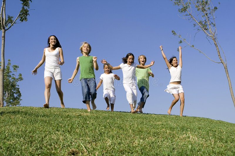 Bambini del gruppo che eseguono corsa fotografie stock