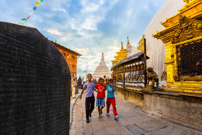 Bambini del Nepal in Swayambhunath, Kathmandu fotografia stock libera da diritti