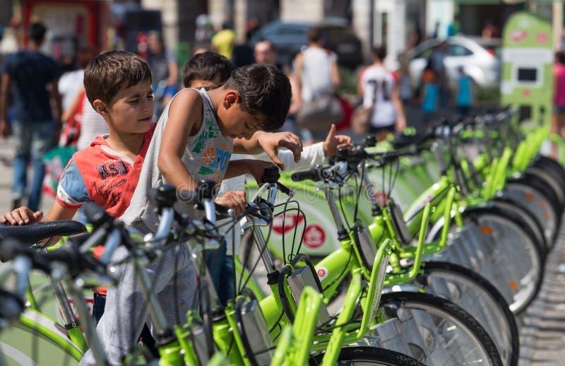 Bambini del rifugiato alla stazione ferroviaria di Keleti a Budapest immagine stock