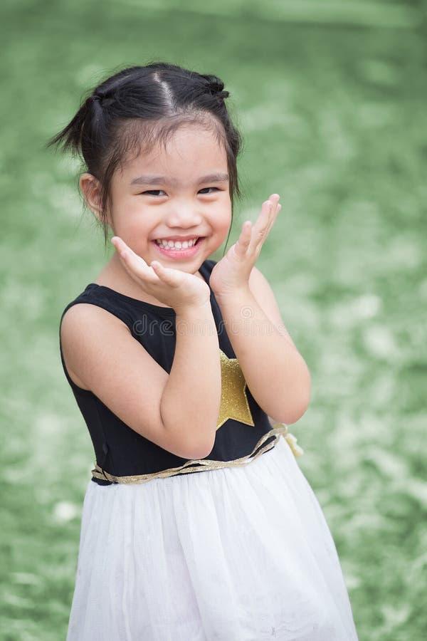 Bambini del ritratto che ritengono felici fotografia stock libera da diritti