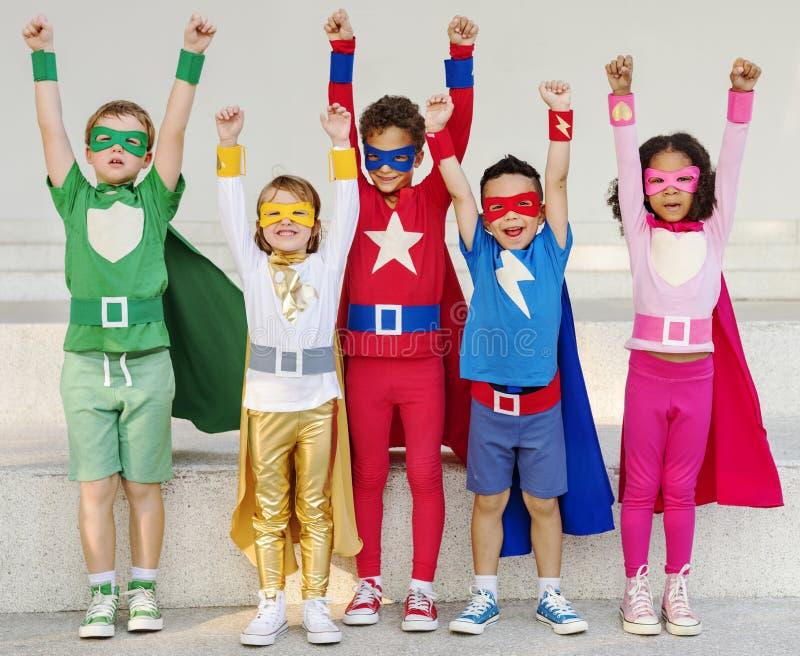 Bambini del supereroe con il concetto delle superpotenze fotografia stock libera da diritti