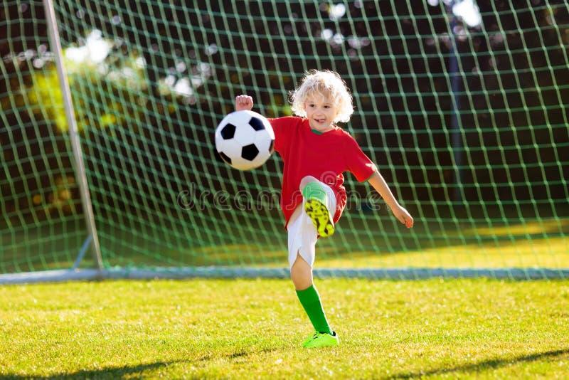 Bambini del tifoso del Portogallo I bambini giocano a calcio immagini stock libere da diritti