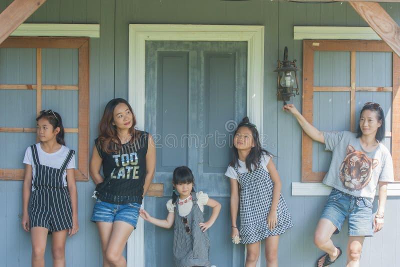 Bambini del tiro e ritratto asiatici della donna immagine stock libera da diritti