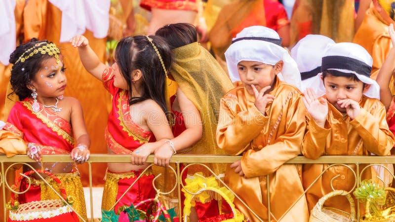 Bambini dell'America latina che celebrano sulle vie della città di Banos immagine stock libera da diritti