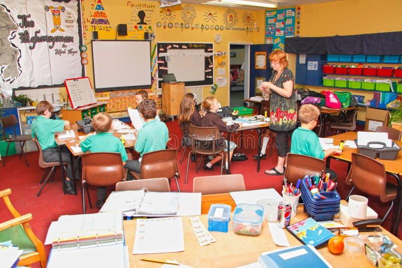 Bambini dell'insegnante dell'aula del banco fotografia stock libera da diritti