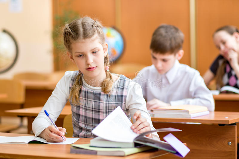 Bambini della scuola alla lezione immagine stock libera da diritti