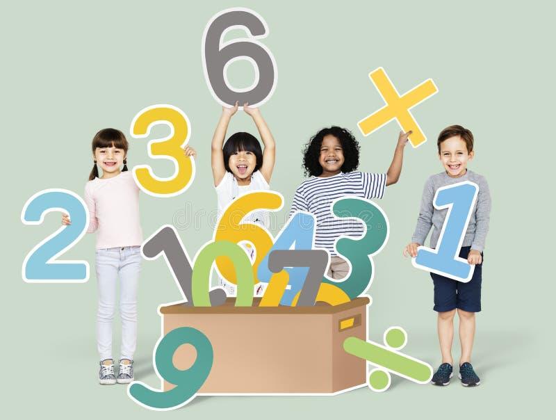 Bambini della scuola che imparano matematica con i numeri fotografia stock libera da diritti