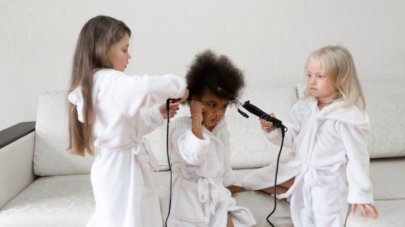 Bambini delle nazionalità differenti giocare insieme immagini stock