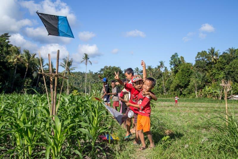 Bambini di balinese con gli aquiloni fotografia stock libera da diritti