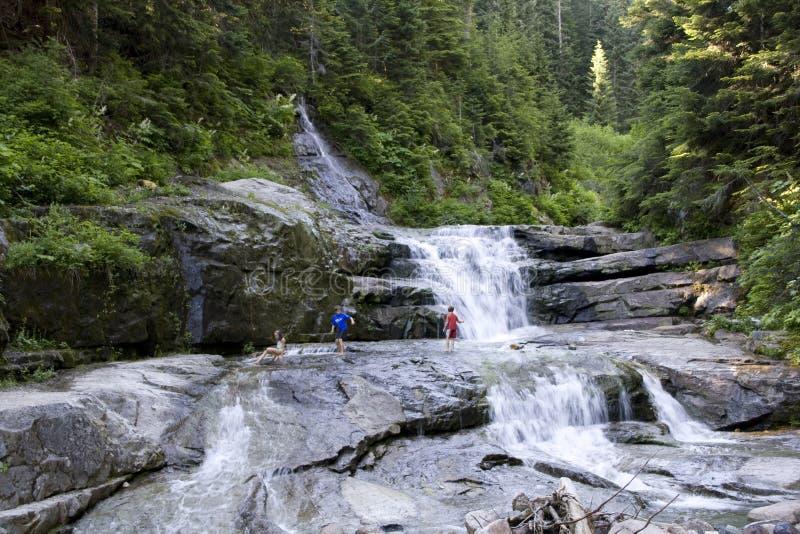 Bambini di caduta dell'acqua delle rocce della cascata delle cascate immagini stock libere da diritti