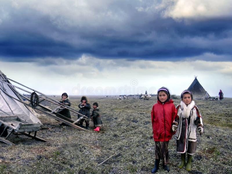 Bambini di Nenets vicino alla loro peste nell'Artide, Russia immagini stock libere da diritti