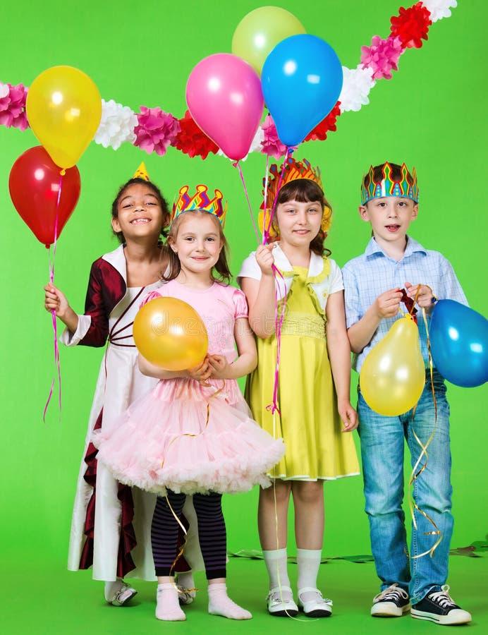 Bambini di risata con gli aerostati immagine stock libera da diritti