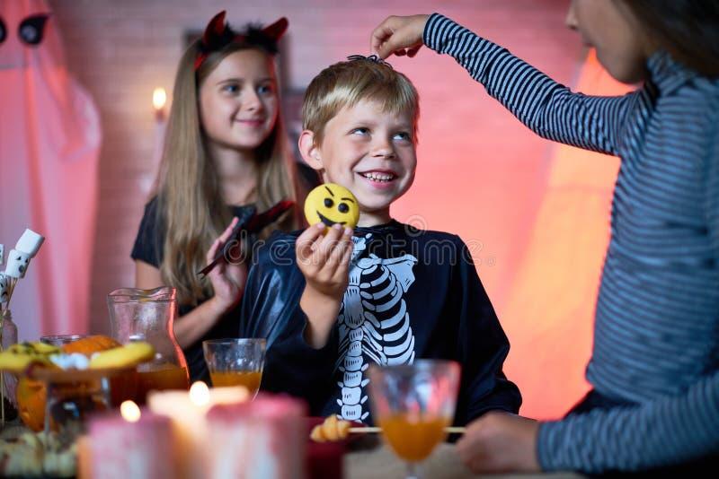 Bambini divertendosi al partito di Halloween fotografia stock libera da diritti