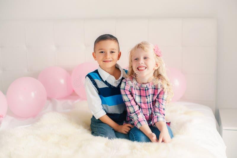 bambini divertenti adorabili svegli caucasici bianchi sorpresi sorridenti felici fotografia stock