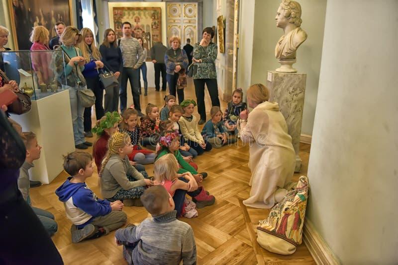 Bambini durante il giro nel museo nazionale di arte russa fotografia stock