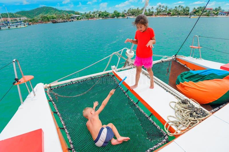 Bambini durante un giro del catamarano fotografia stock