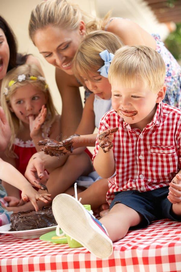 Bambini e madri al partito di tè esterno fotografie stock