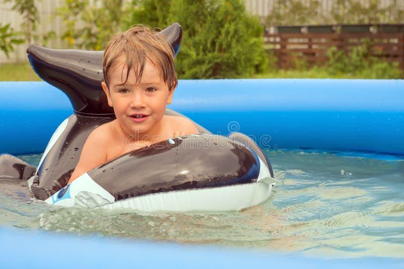 Bambini e natura Giovani adulti Concetto di viaggio vacanza Corsa con i bambini Giochi dell'acqua Infanzia felice fotografie stock