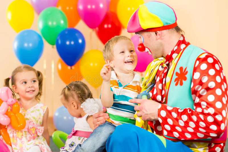 Bambini e pagliaccio felici sulla festa di compleanno fotografia stock libera da diritti