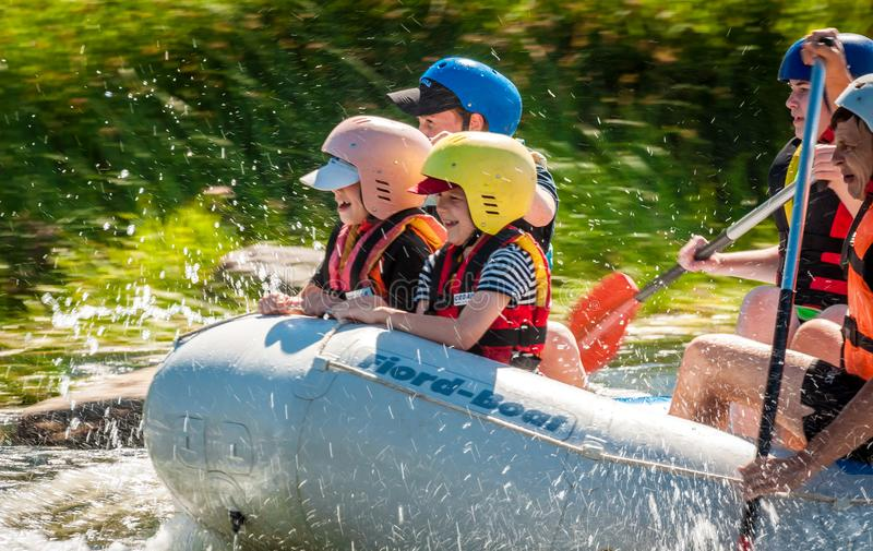 Bambini e rafting Un posto popolare per ricreazione della famiglia ed addestramento estremi degli atleti in rafting ed in kayak fotografia stock