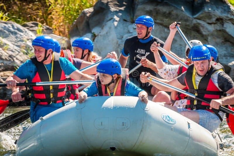 Bambini e rafting Un posto popolare per ricreazione della famiglia ed addestramento estremi degli atleti in rafting ed in kayak immagine stock libera da diritti
