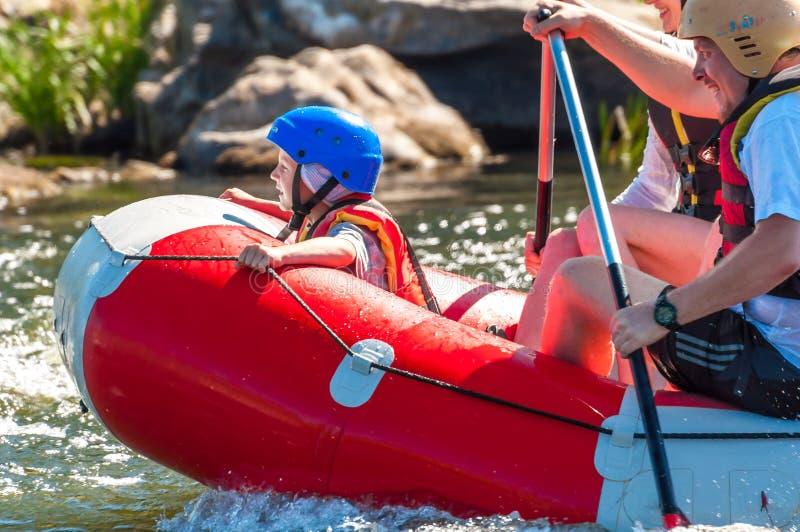 Bambini e rafting Un posto popolare per ricreazione della famiglia ed addestramento estremi degli atleti in rafting ed in kayak fotografia stock libera da diritti