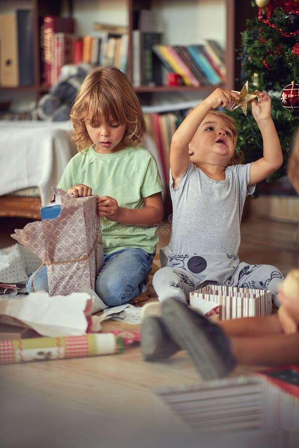 Bambini In Eccesso Aprono Presenti Ad Albero La Mattina Di Natale immagini stock libere da diritti