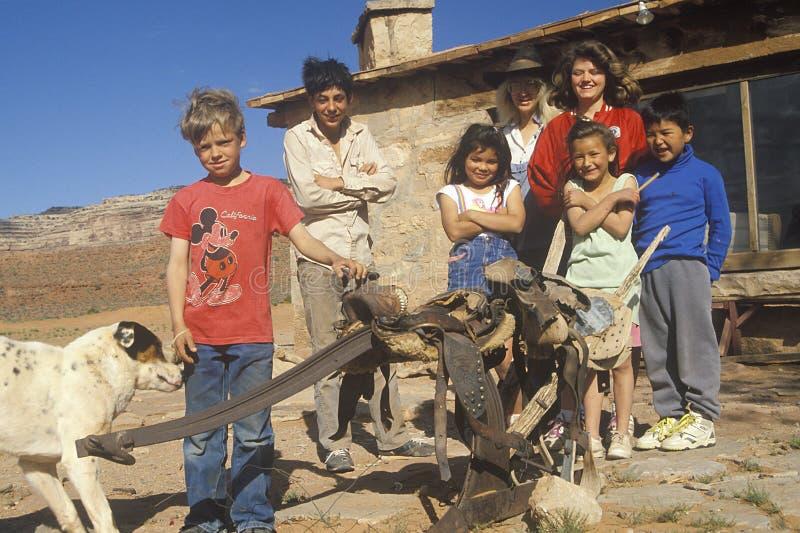 Bambini ed insegnanti ad una casa del banco della stanza fotografia stock