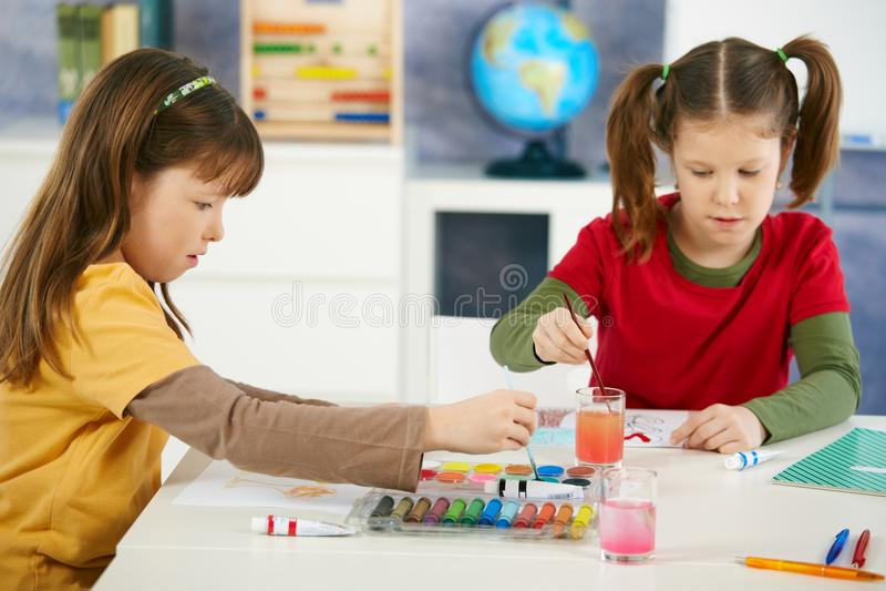 Bambini elementari di età che verniciano nell'aula fotografie stock libere da diritti