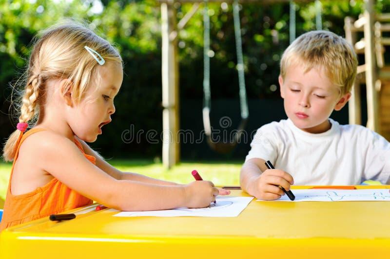 Bambini esterni del pastello fotografia stock libera da diritti