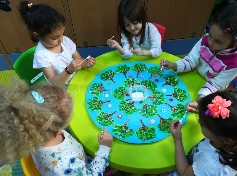 Bambini in età prescolare alle attività fotografie stock libere da diritti