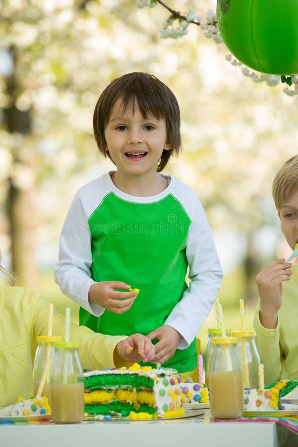 Bambini in età prescolare dolci felici, celebranti quinto compleanno di Cu immagini stock