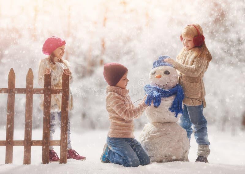 Bambini felici all'aperto fotografie stock libere da diritti