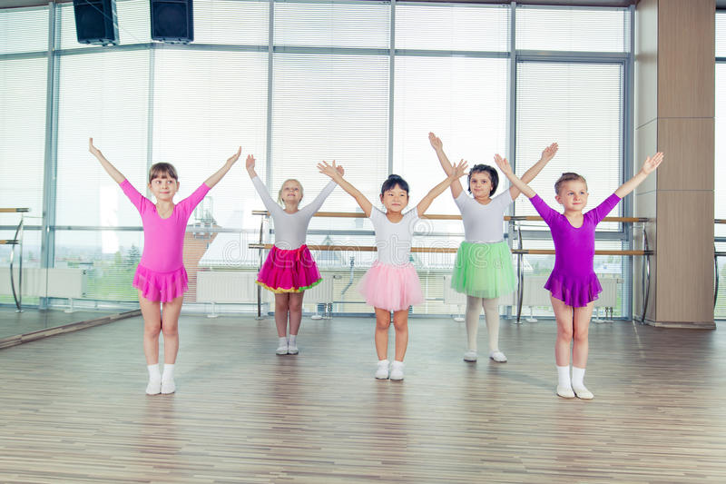 Bambini felici che ballano sopra nel corridoio, nella vita sana, nell'unità del bambino e nel concetto di felicità immagine stock