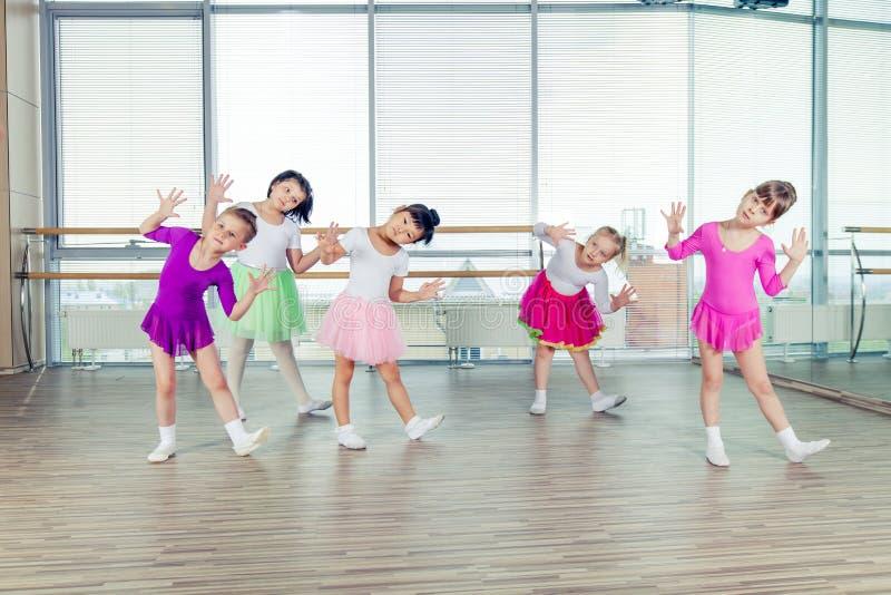 Bambini felici che ballano sopra nel corridoio, vita sana, kid& x27; s togethern fotografia stock libera da diritti