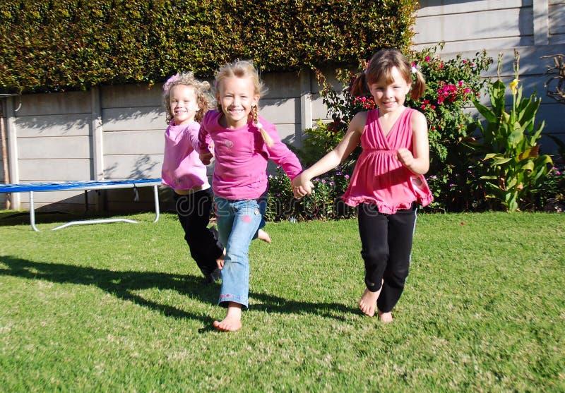 Bambini felici che giocano e che corrono fotografie stock