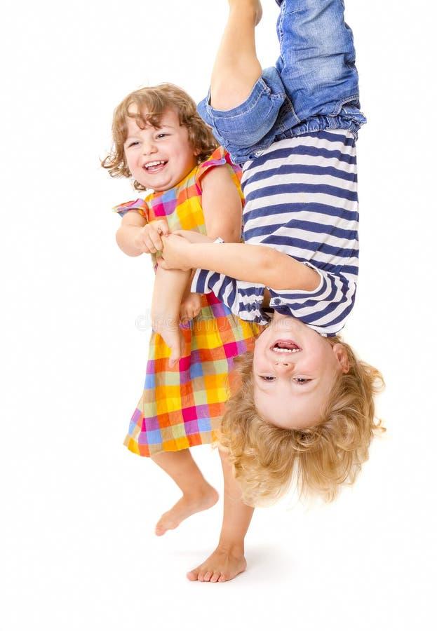 Bambini felici che giocano insieme fotografia stock libera da diritti