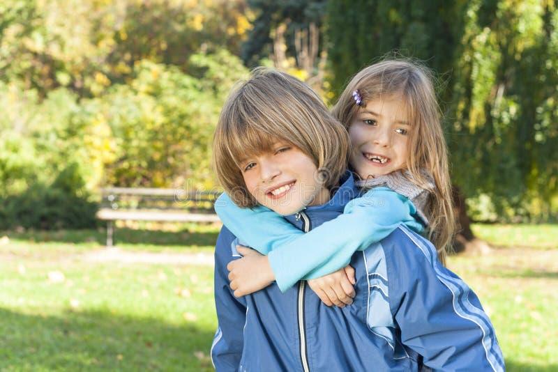Bambini felici che giocano in natura fotografia stock libera da diritti