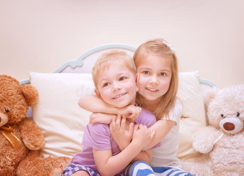 Bambini felici che hanno divertimento fotografie stock libere da diritti