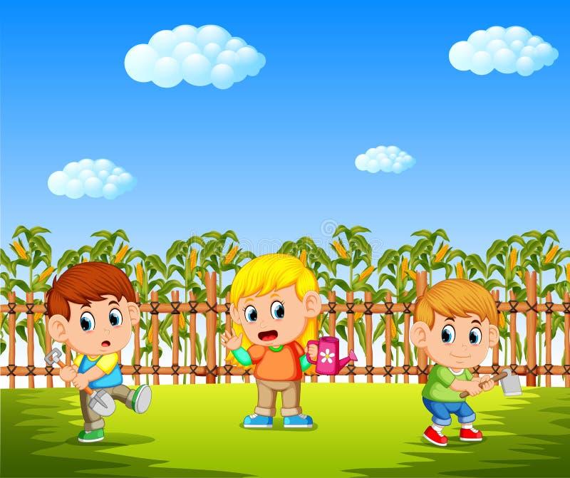 Bambini felici che piantano nel campo di mais con gli strumenti di giardino della tenuta illustrazione di stock