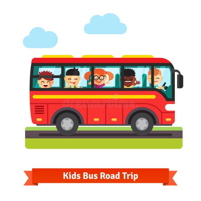 Bambini felici che viaggiano sul bus rosso illustrazione vettoriale