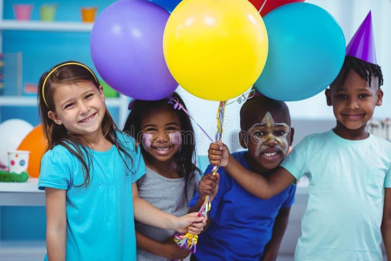 Bambini felici con gli aerostati fotografia stock libera da diritti
