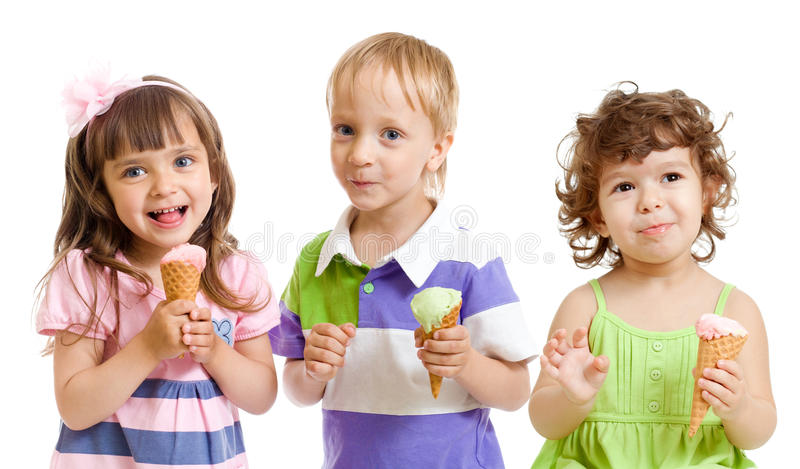Bambini felici con il gelato in studio isolato fotografie stock libere da diritti