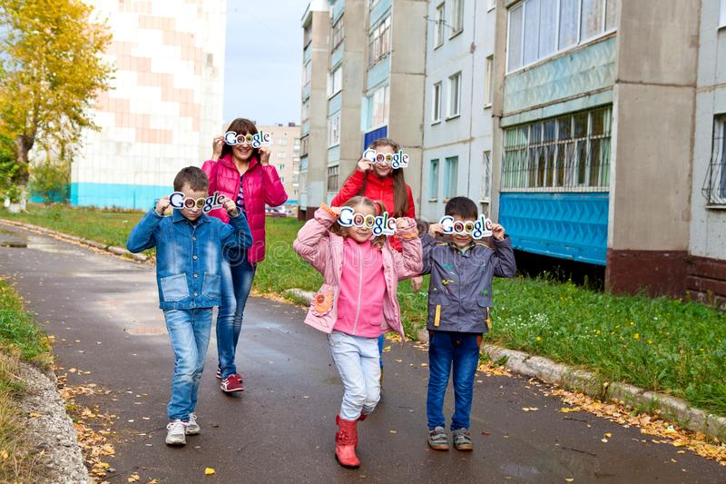 Bambini felici con il logo di Google sul fronte nel pomeriggio fotografia stock libera da diritti