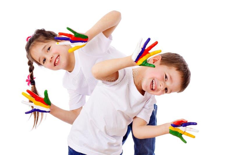 Bambini felici con le mani verniciate fotografia stock libera da diritti