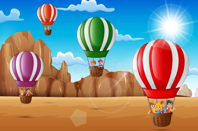 Bambini felici del fumetto che guidano mongolfiera nel deserto royalty illustrazione gratis