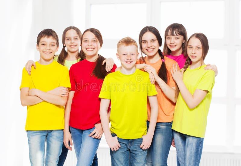 Bambini felici del gruppo a scuola fotografia stock