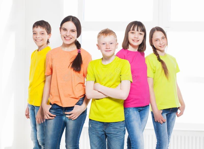 Bambini felici del gruppo a scuola immagini stock